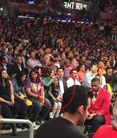 赵薇一家赴美观战NBA 小四月表情专注神态可爱
