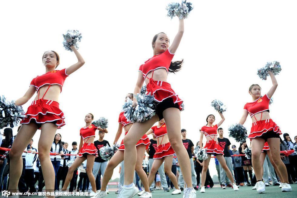 月1日,武汉.湖北经济学院运动会上,该校16支来自不同院系的啦图片