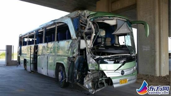 """事发的年夜巴为绿色,车身上印着""""巴士旅游""""字样。"""