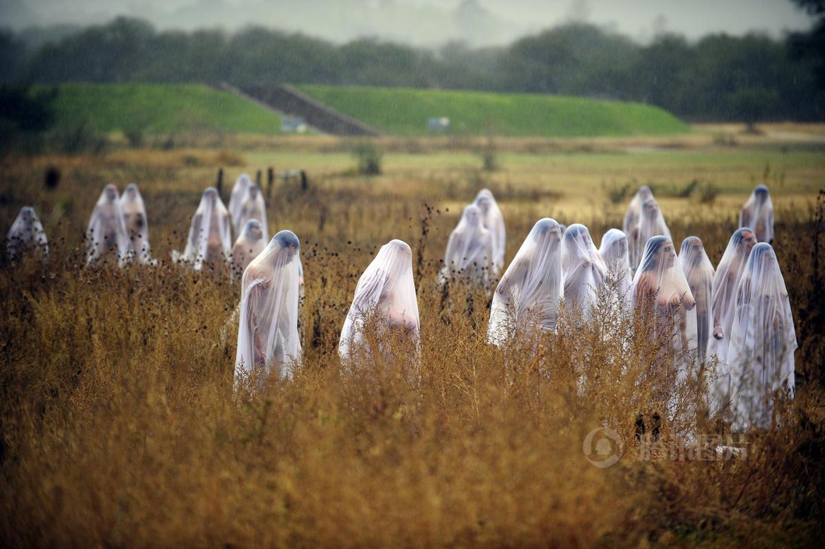 美国rtys_美国艺术家雨中创作群裸写真