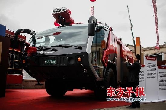 昨日,一辆名为美洲豹的泡沫消防车表态国际消防展。