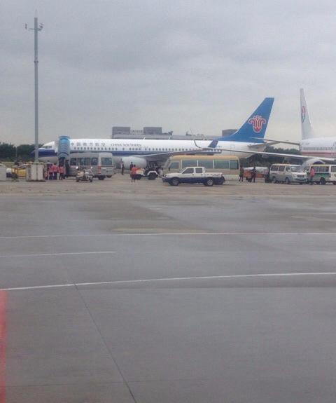 际机场,东航和南航的飞机发声擦碰.据悉,南航737—800机组人员