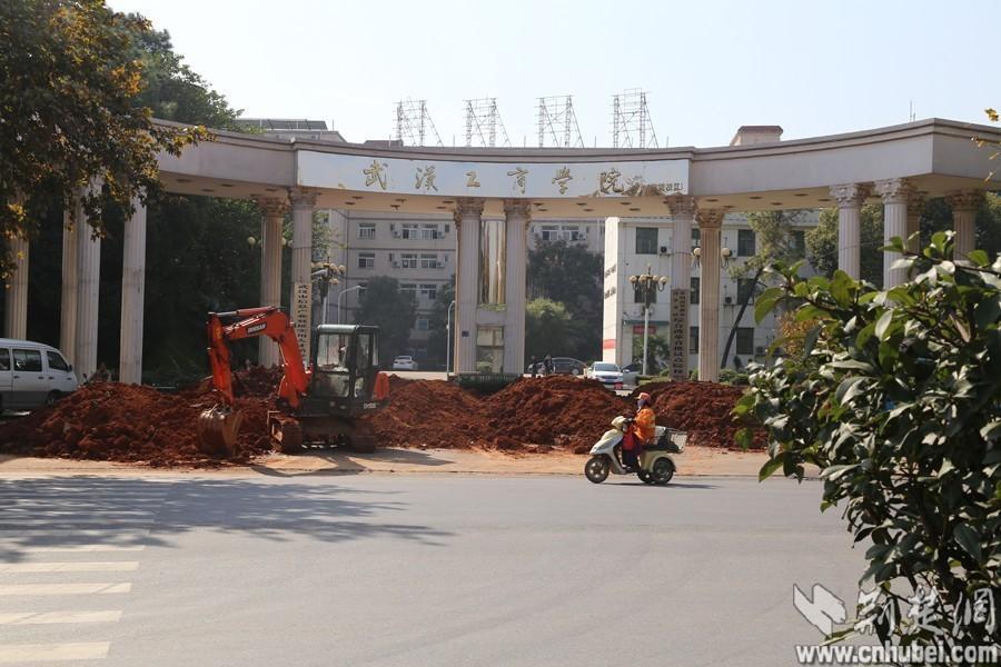 (武汉工商学院继续教育学院)大门被大量渣土封堵,学校已被迫停
