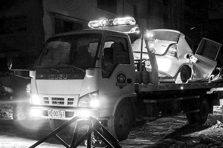 拖车将受损车辆拖离现场。 /晨报记者 肖允 练习生 朱诗尧