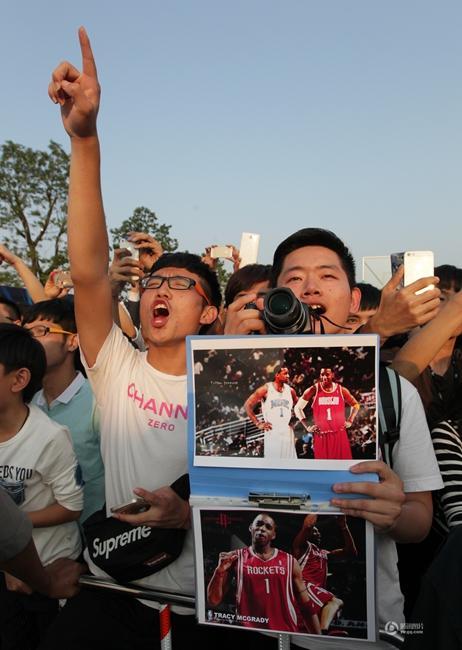 A球星麦迪世界篮球明星赛温州站见面会现场,众多兴奋的球迷手持