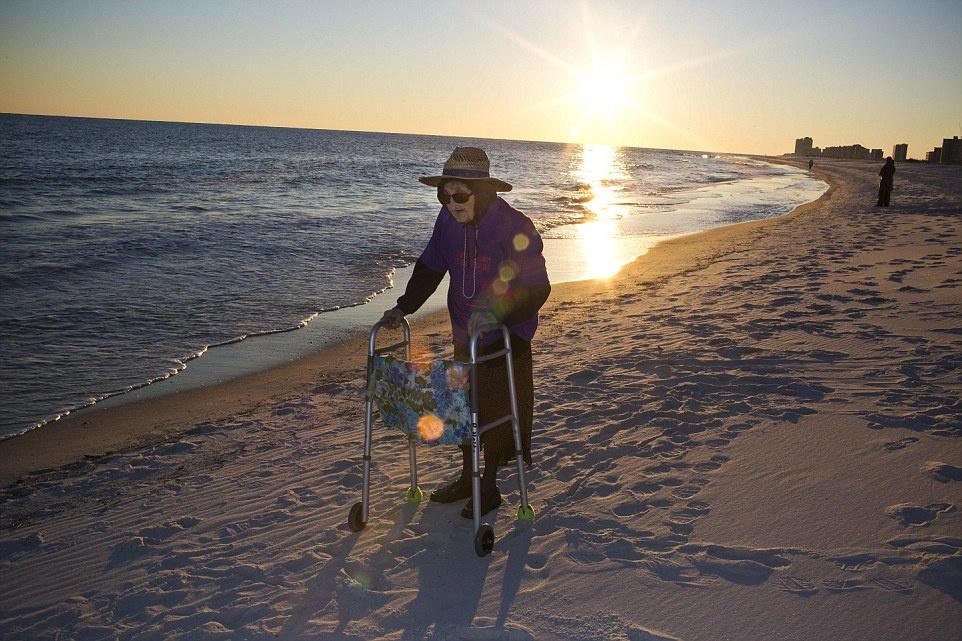 """奶奶从没见过有什么能和海洋一样大.""""我经常听人们谈起海,说"""
