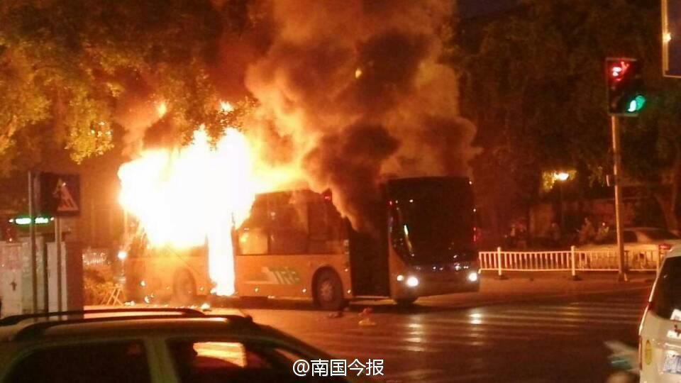 广西柳州市区公交车起大火被烧成空架 高清图片