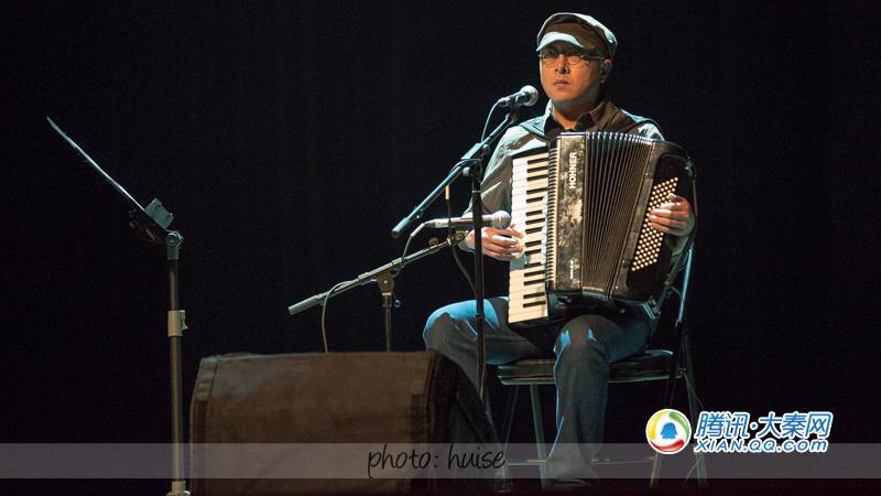 上台用冬不拉和手鼓展示了民族乐器的独特魅力,虽然在演奏中返听