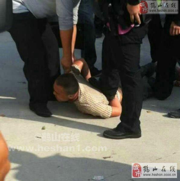 砍人事件,据悉疑似一名精神病男子拿着火油引火不成,然后再持玻图片