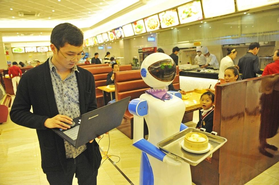 11月24日,宁波慈溪市一家港式餐厅推出了机器人送餐服务,新奇的创