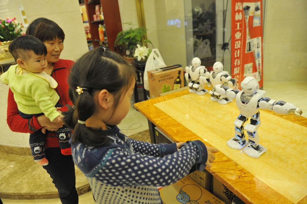 """机器人让我们这家餐厅在慈溪火了.""""餐厅里的机器人会说40句基"""