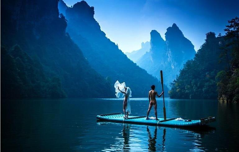 年轻情侣在张家界宝峰湖景区拍摄的裸体婚纱照.-情侣张家界景区拍 图片