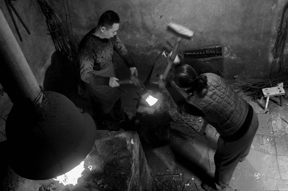 中国人的一天:小镇里的铁匠夫妻