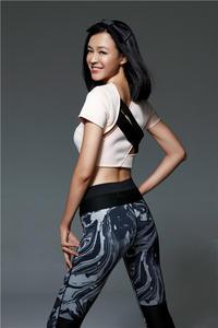 高清:李艾写真展健美好身材 玩转运动时尚风