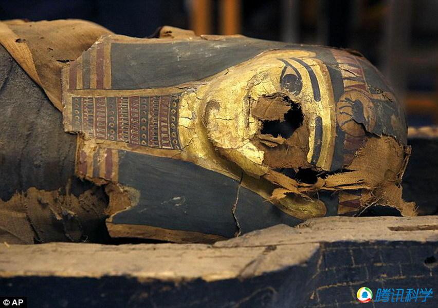 考古学家对2500年前的少年木乃伊进行研究