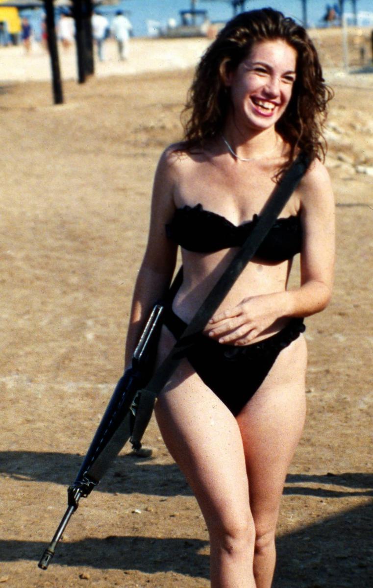 以色列女兵穿泳装度假枪不离手 性感火辣
