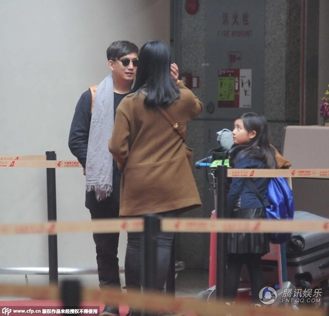 黄磊携妻女现身机场 为多多整理头发父爱满满图片