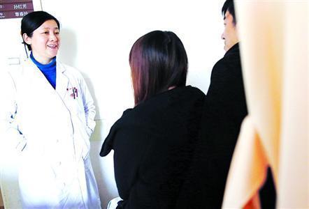 上海市第一人民医院医学心理科主任程文红正在对在院治疗的李小姐进行心理辅导