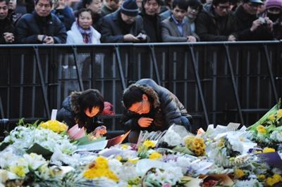 昨日下午,上海市民陆续来到陈毅广场点燃蜡烛哀悼踩踏事件遇难者。