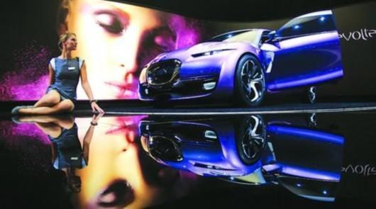 法兰克福车展上,模特落落大方,尽可能与所展示的车辆保持同样风格。/新华社
