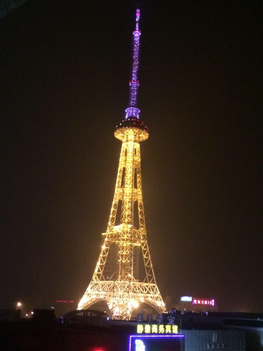 16)      腾讯微博网友@船长:江苏海门的电视塔夜景,是不是有点埃菲尔