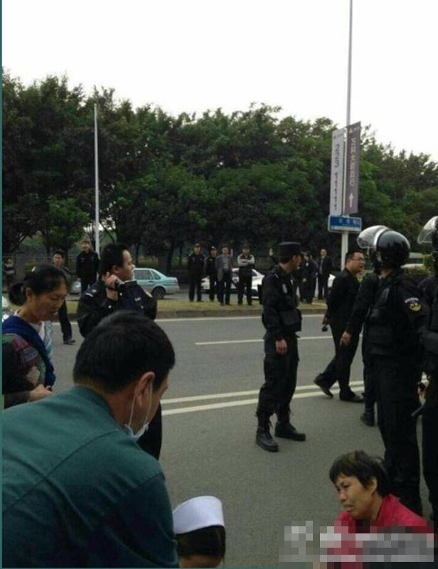 东莞一小区爆发大规模维权冲突业主当场被水枪冲致昏迷,被120医护人员送入医院救治。 - 暮色苍茫 - 赵破奴