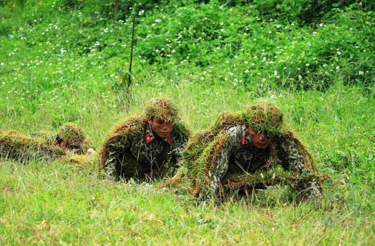 越南士兵超强伪装术 披草皮抹稀泥 - 海阔山遥 - .