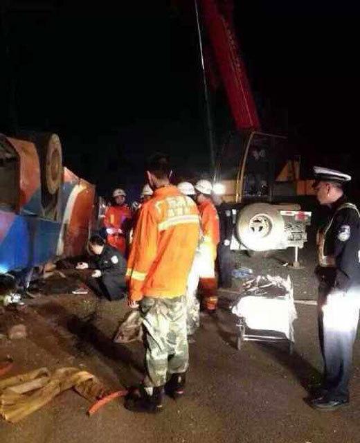 广州学生包车返乡 遇车祸致两死十余伤