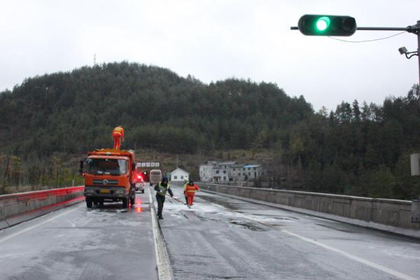 包茂高速黔江至酉阳段降大雪 厚度达10厘米高清图片