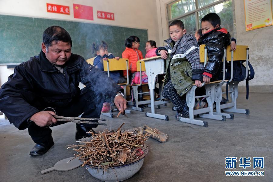 """组图:8个学生2个老师的""""火盆小学"""" - 暮色苍茫 - 赵破奴"""