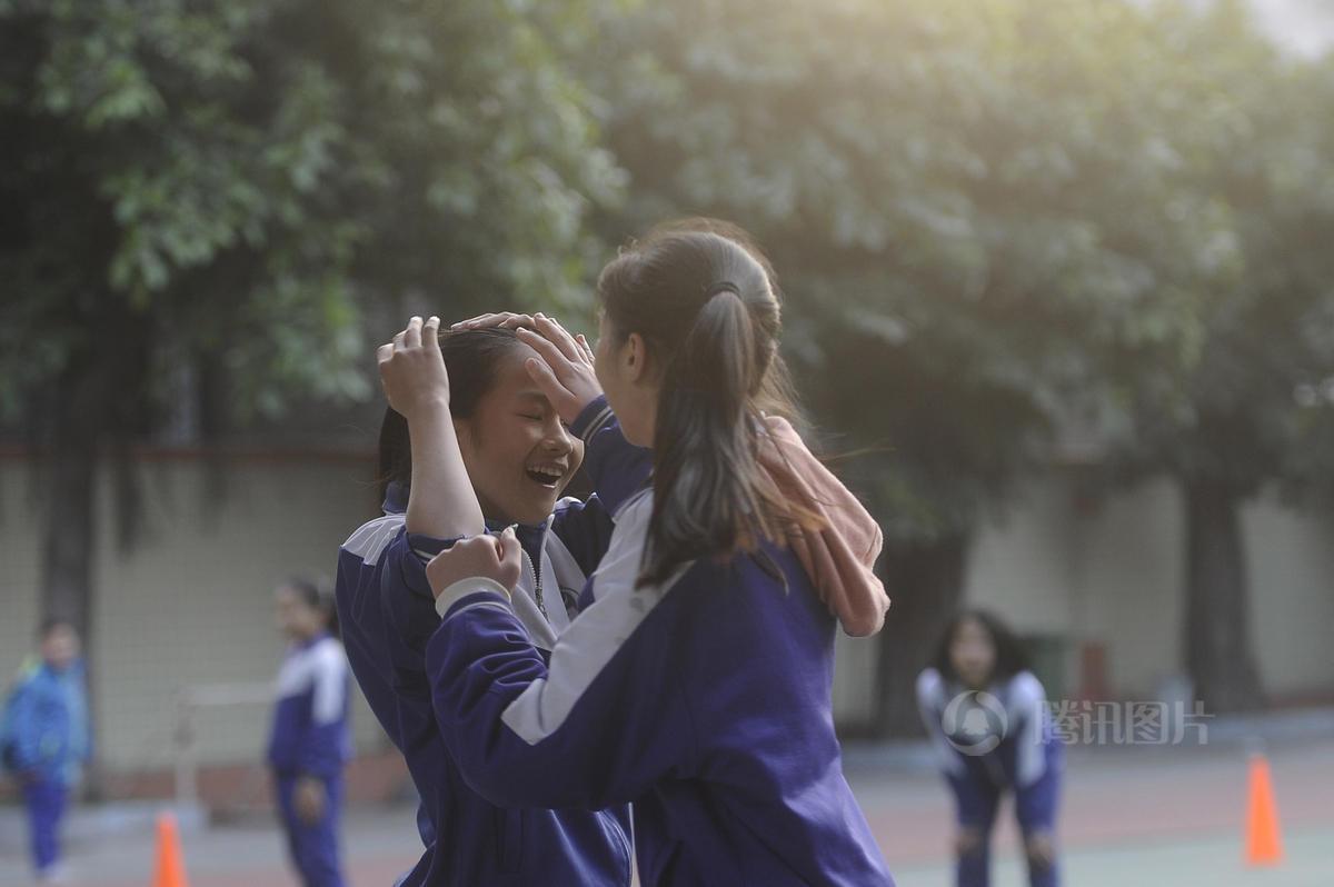晓月是南漖小学六年级学生兼女子足球队的队长,03年出生的陈晓