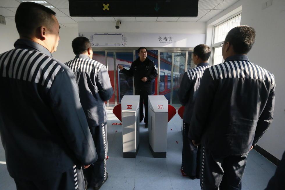 组图:服刑人员出狱前学习如何坐地铁