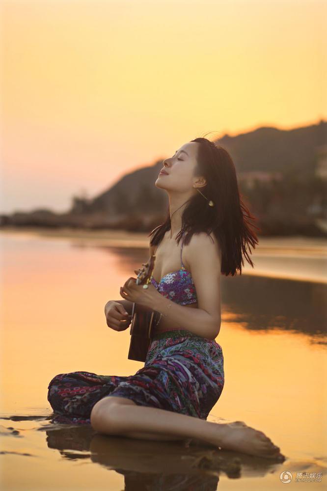 高清 江一燕素颜拍写真 海滩上弹吉他显文艺