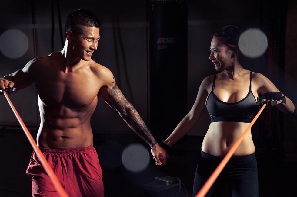 健身顾问情人节写真 搭档女歌手大秀身材图
