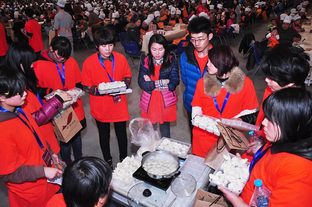 青岛5000多人同时包饺子挑战吉尼斯纪录 - 海阔山遥 - .