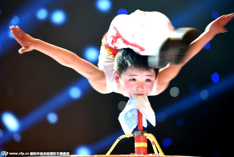 2015文化惠民春晚6岁儿童春晚秀柔术 李正阳牙咬铁柱身体悬空图片