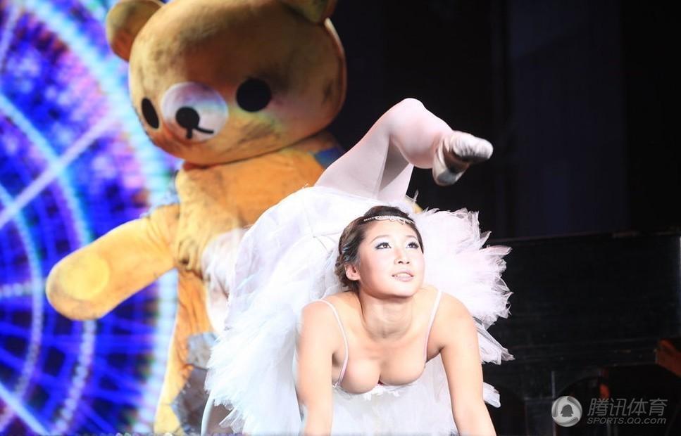 世界最柔软女人大PK长春女孩柔术弯腰秀性感