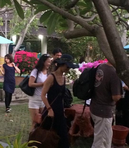 汤唯与老公泰国度假 着黑色低胸裙自然随性
