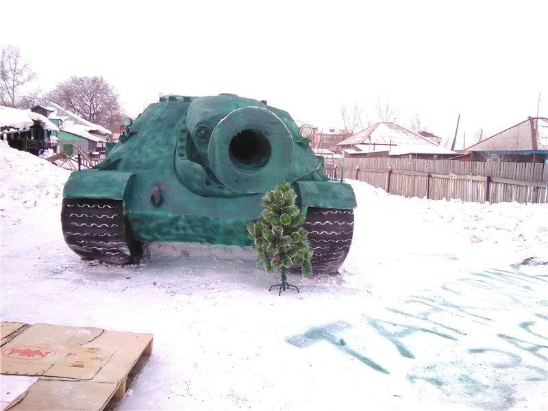 俄罗斯少年的冰雕坦克