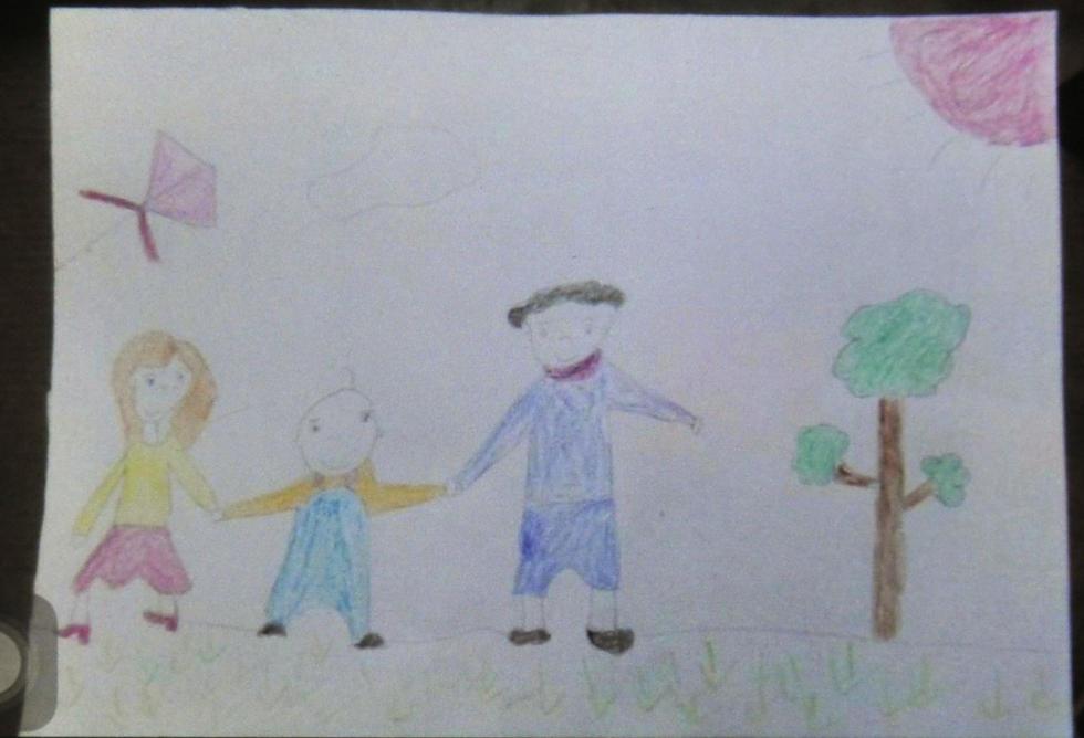 幅爸爸妈妈陪他放风筝的画,姑姑偷偷把图画拍下来,发给小义的妈图片
