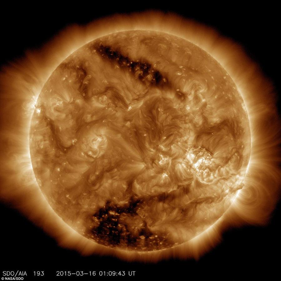 太阳表面现 黑洞 猛烈太阳风吹向地球
