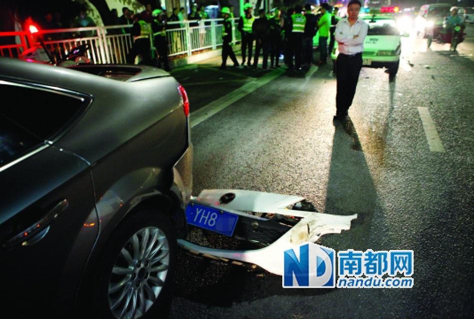 车司机,先撞到讴歌越野车再撞福特轿车.严重撞击使得越野车右图片