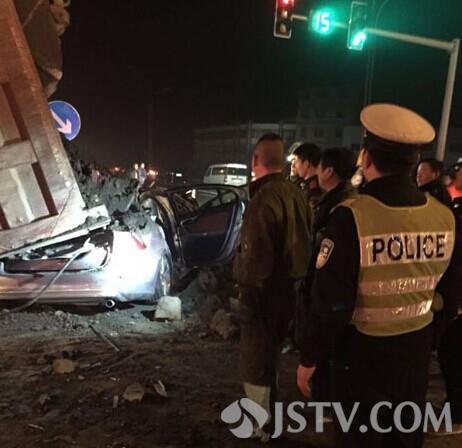 牌照沃尔沃轿车相碰,渣土车侧翻后压住沃尔沃轿车,车内三人死高清图片