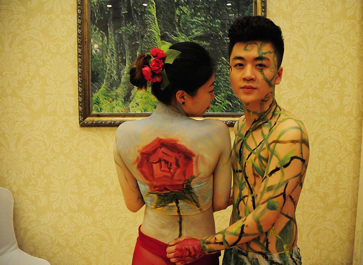 """杭州情侣行为艺术为""""裸婚""""正名 - 海阔山遥 - ."""