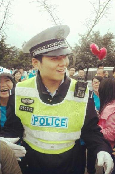 重庆帅气交警遭众多女子围拍致交通拥堵2015.3.24 - fpdlgswmx - fpdlgswmx的博客