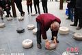 高清:重庆街头现重30斤石制象棋引棋友搏杀