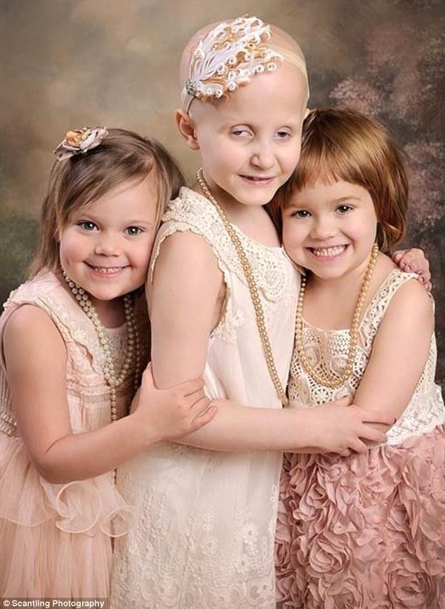 小女孩们看起来比一年前更快乐.从左至右的三个小女孩分别是4岁图片