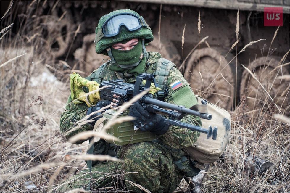 俄军士兵用单兵雷达辅助机枪射击