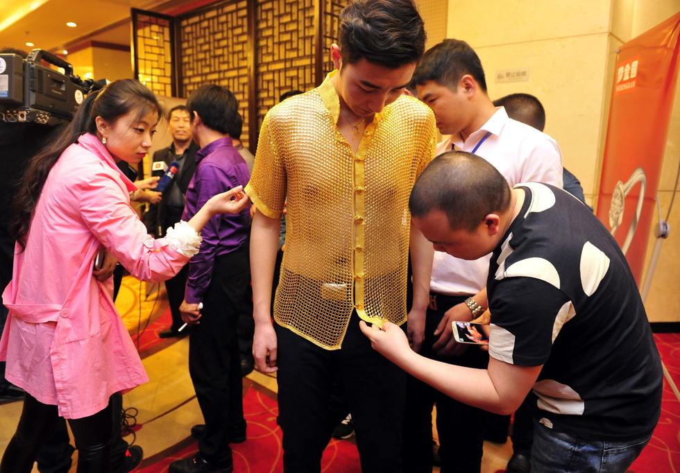 6公斤重黄金衬衣亮相西安 价值上百万2015.4.3 - fpdlgswmx - fpdlgswmx的博客