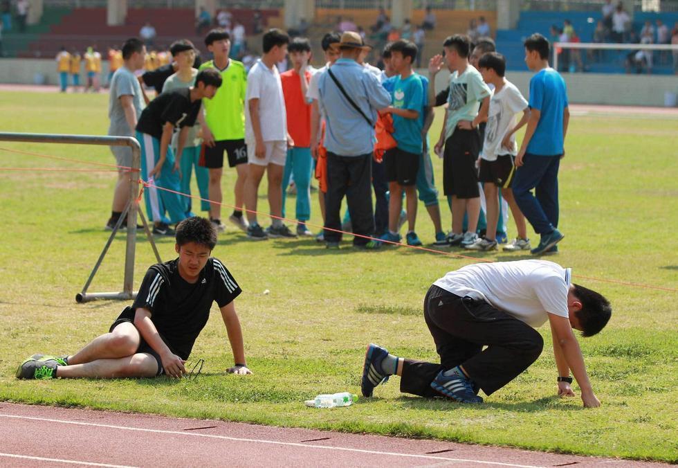 高清 海口中学生跑千米体力不支东倒西歪